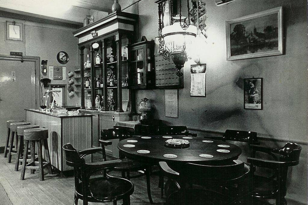 Oude foto van de bar van Cafe Spaarndam