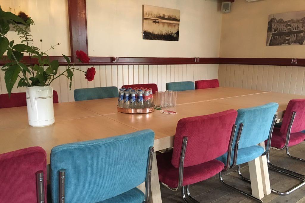 Vergadertafel in het atelier achter Café Spaarndam
