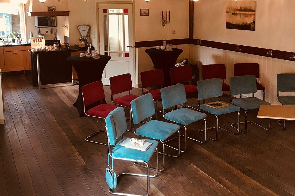 De zaal van café Spaarndam klaar voor een presentatie