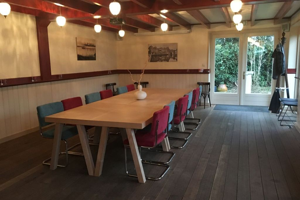 De zaal van café Spaarndam in vergaderopstelling