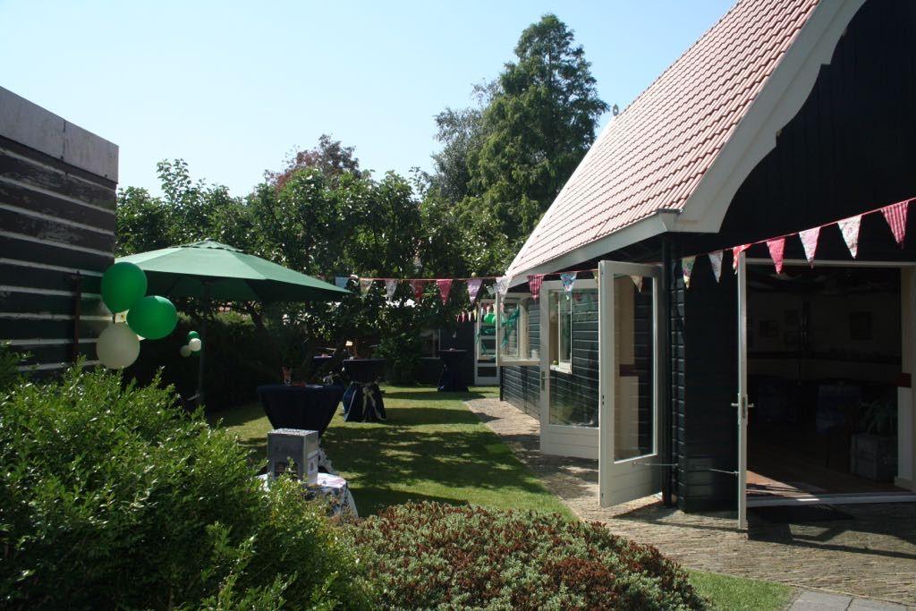 De tuin van Café Spaarndam met het Atelier